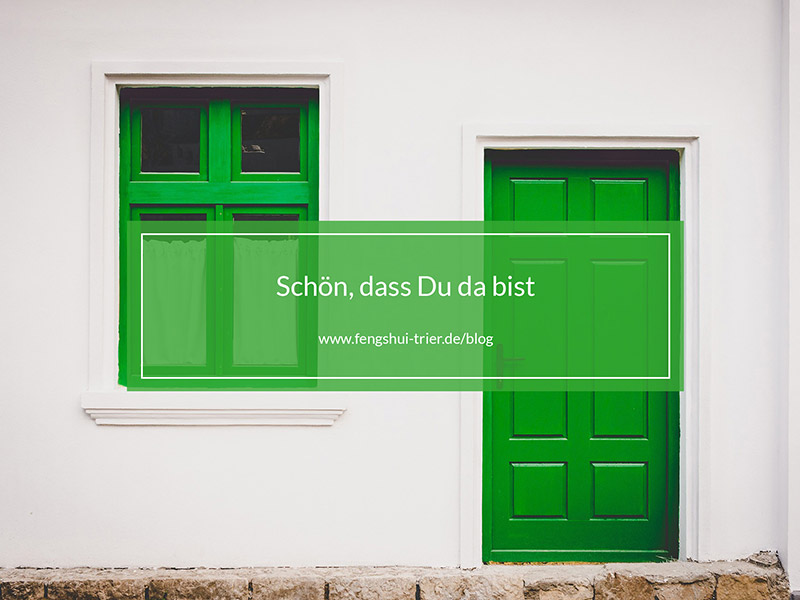 Eine grüne Tür und ein grüner Fensterrahmen