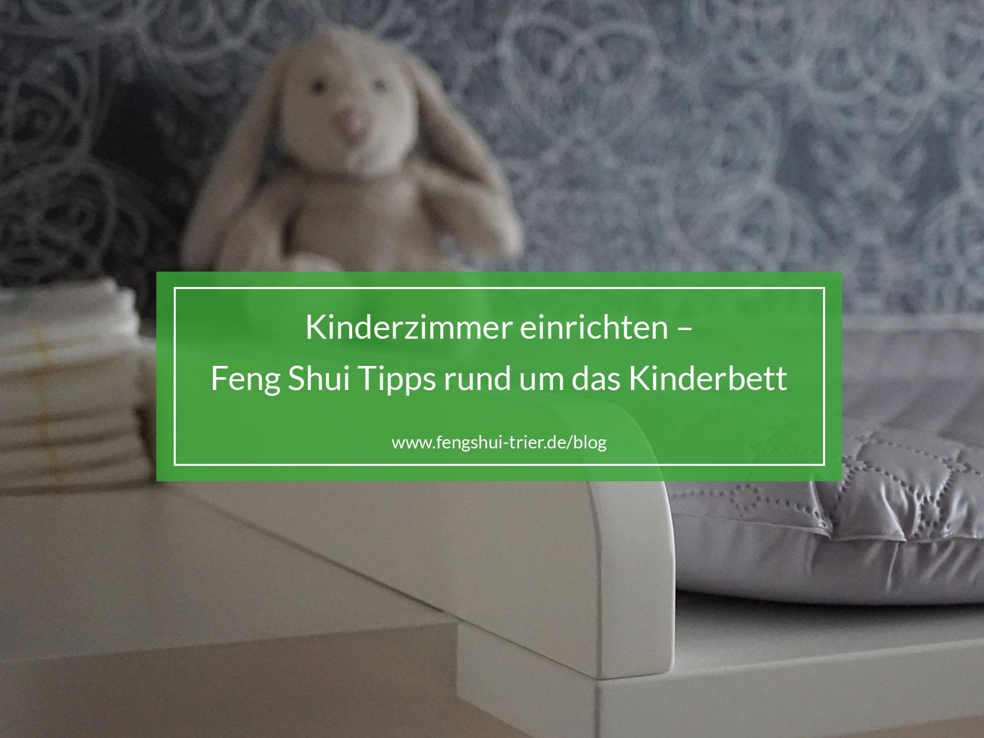 Kinderzimmer mit Plüschhase und Wickelkommode